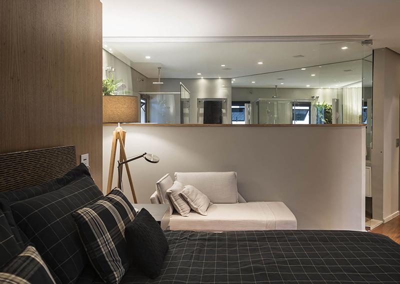 O quarto e o banho da suíte master foram integrados com a retirada de metade da parede que dividia os ambientes, tornando-os mais amplos.