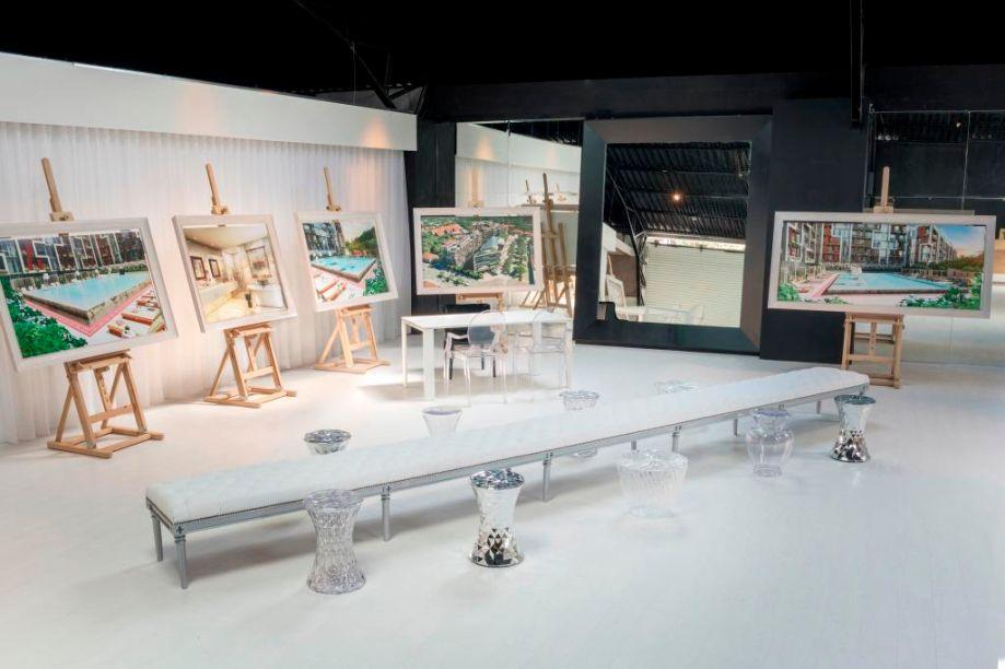 Espacios para Imaginar - Philippe Starck e Tommy Schwarzkopf (Uribe & Schwarzkopf). Branco e preto demarcam o piso, o teto e as paredes, criando uma forma moderna de exibir as telas. Elas são instaladas nos próprios cavaletes, sem seguir uma linha formal, e podem ser contempladas a partir do grande banco de linhas clássicas e estofado em capitonê ou das banquetas cristal dispostas ao redor. A transparência também se insere nas cadeiras do próprio Phillipe Stark, que acompanham a mesa de trabalho.