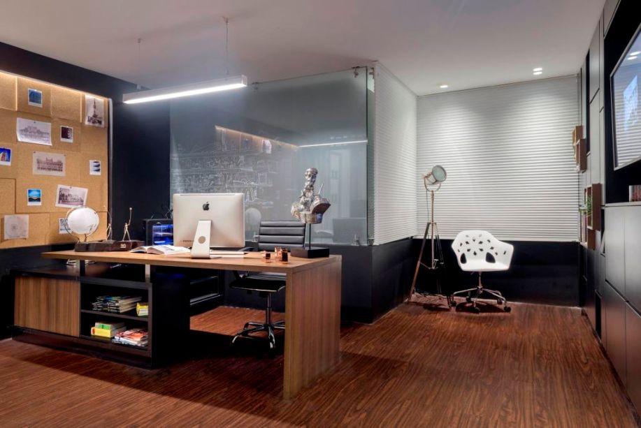 El estudio del arquitecto - Esteban Najas Raad (Najas Arquitectos). O office tem vocação multifuncional, e o conceito é bem representado na mesa desenhada pelo escritório, que organiza livros na base. O espaço inclui uma área de reuniões, cuja privacidade ou integração são controladas pelas persianas.