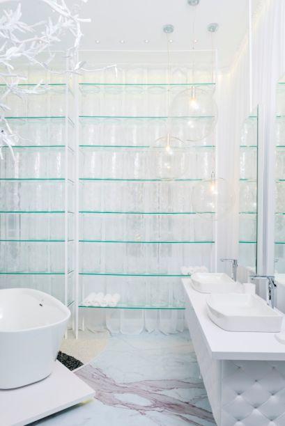 Le Blanc SPA - Cayetano Uribe e Mónica Uribe de Brauer (Briggs). Etéreo, o banheiro não utiliza outra cor além do branco, seja na base em capitonê da bancada, nas paredes ou nas louças. As transparências e os espelhos mantêm a atmosfera clean do espaço, onde as interferências se limitam aos veios naturais do mármore no piso e às discretas linhas verdes das prateleira de vidro.