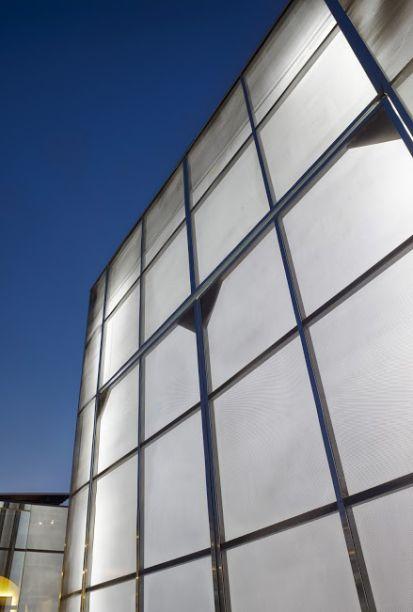 <span>Teatro CASA COR - Pedro Pederneiras, Filipe Pederneiras, Thiago Bandeira de Mello, Valéria Junqueira e Gabriela Junqueira. O espaço tem 16m X 6m de área e a construção traz uma lógica industrial, a partir de módulos de aço fáceis de montar. Uma estrutura metálica complementar envelopa tudo com uma tela expandida metálica, que permite o vazamento de luz e transforma o teatro em uma grande lanterna para quem vê de fora.</span>