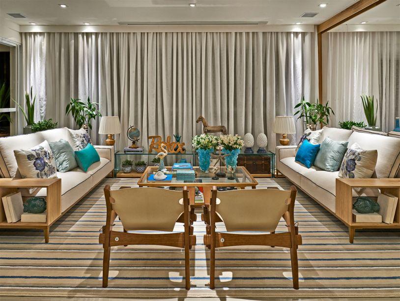 Apartamento - O projeto de André Brandão e Márcia Varizo leva para a sala os ares da varanda, na forma de cores, estampas, materiais, plenamente integrada com outros espaços. Na paleta de cores, predominam tonalidades de branco, areia, verdes, azuis.