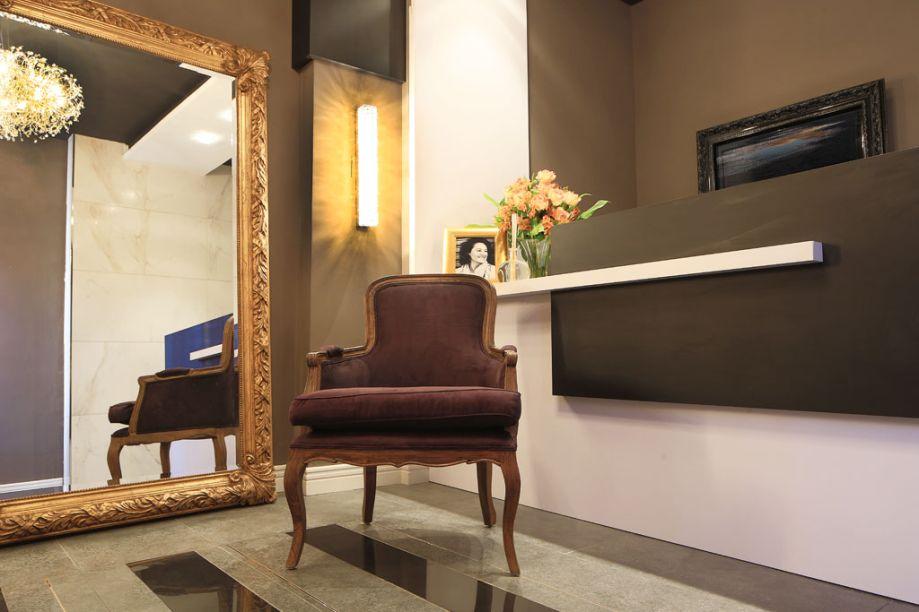 Bilheteria. A arquiteta Daniela Sumida Albuquerque se inspirou no antigo Cine Ribalta e misturou as cores preta, cinza e branca na ambientação, que também ganha detalhes dourados. A poltrona e o espelho remetem ao clássico, que casa perfeitamente com a base contemporânea e as linhas retas do projeto.