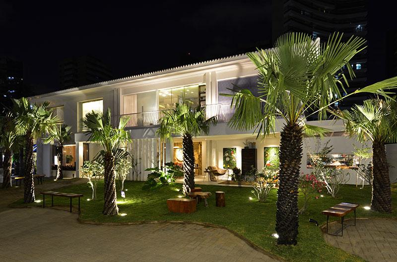 Jardim CASA COR - Moraes Costa Jr. Durante a noite, o ambiente é transformado pelo projeto luminotécnico, com foco na beleza individual de cada espécie, sem perder de vista o intimismo e a relação com a fachada.