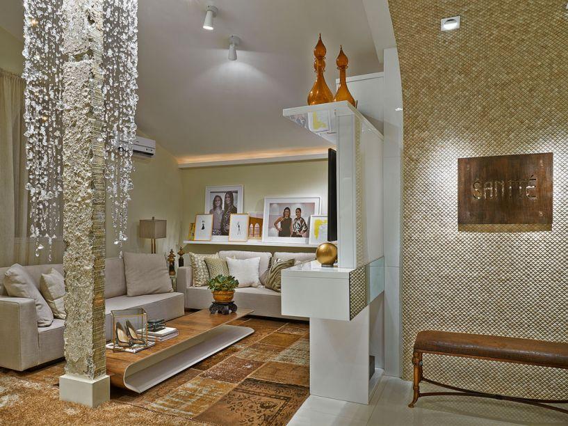 Studio Santté - O ambiente de 33m², concebido por Mariela Romano, funciona como um living/atelier. Ele foi elaborado em cores neutras com detalhes em tons terrosos. A textura na parede e a cascata de cristais que encobre a coluna dão um toque de glamour.