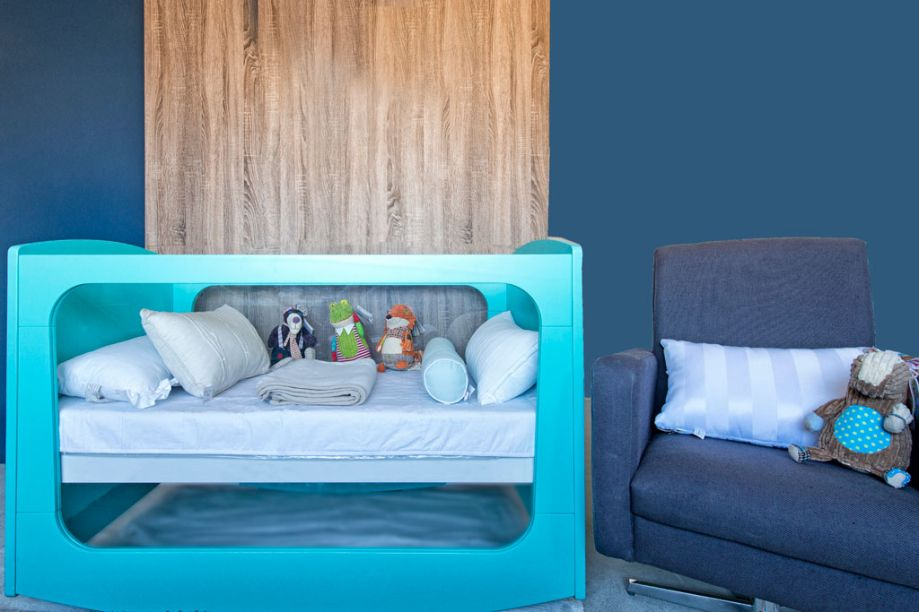 Studio para um Bebê. A arquiteta Julia Varaschin desenhou um berço com design contemporâneo, que também se transforma em mini-cama. O piso de cortiça favorece o aquecimento do ambiente e ainda amortece impactos.