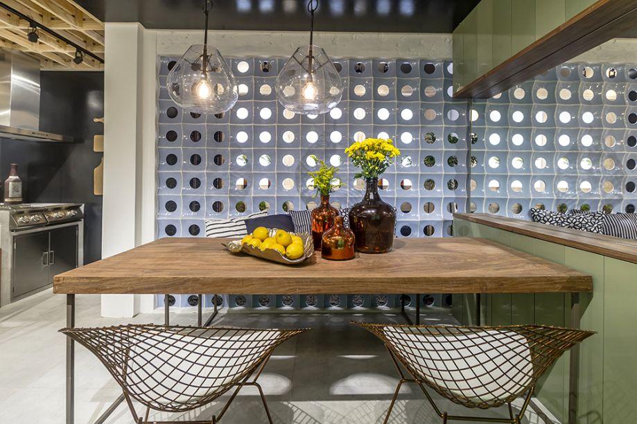CASACOR Paraíba 2016. Fit Kitchen - Dauanne Arruda e Sarah Cavalcanti. Os cobogós azuis - originais da casa - inspiraram a cartela de cores fresca e adocicada, que inclui o tom de menta nos modulados.