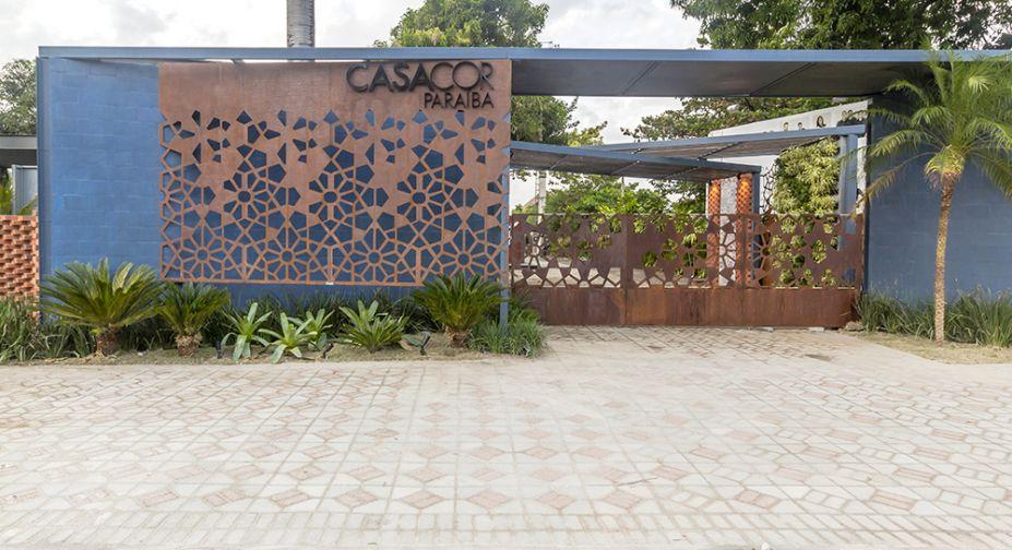 CASACOR Mato Grosso do Sul 2016. Fachada – Jonas Lourenço e Giovanni Lyra. As rendas do artesanato local foram estilizadas e recriadas em chapas de aço corten, que revitalizam a fachada original.