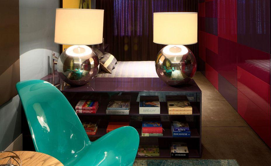 Loft do Designer. Os arquitetos Fernando Schwertner e Rafael Carvalho surpreendem com as cores vivas no mobiliário fixo em laca brilhante. No piso, o revestimento cimentício com textura que lembra sisal foi adotado para equilibrar o conjunto. Objetos de design de Zanine de Zanine também foram adicionados ao décor.