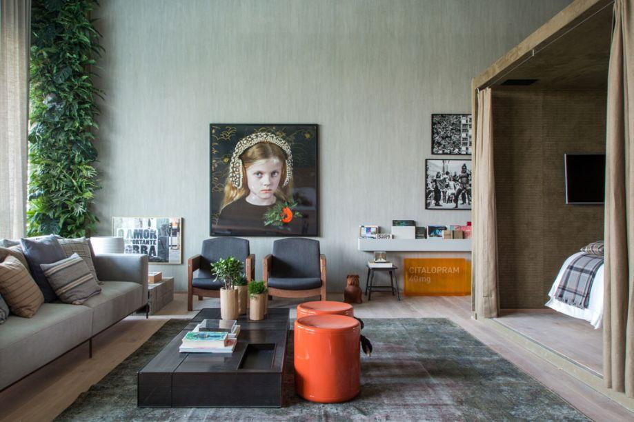 Loft 212 - Paloma Yamagata e Bruno Rangel preservaram a estrutura existente no espaço de 80 m² que tem cara de galpão e cujo nome, 212, vem do código de área da cidade. Cozinha, sala de jantar e living foram integrados, enquanto a suíte ocupa um container. Tons de madeira clara, cinza concreto e verde militar colorem o ambiente, que ganha o conforto e o design das poltronas Jimmy e Oscar, de Sérgio Rodrigues, e do sofá Fly acompanhado da mesa de centro Box, ambos de Marcus Ferreira. Dentro do container, a forração das paredes é em camurça drapeada e quartzo, um tipo de mármore. O projeto de iluminação é da Lumini.