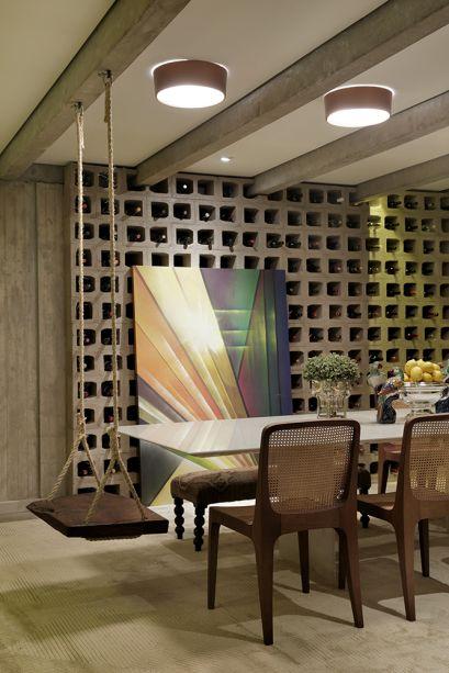 Sala de Jantar - Malu Bernardes. O balanço na cabeceira da mesa é um detalhe jovial e lúdico, no espaço feito para celebrações em família.