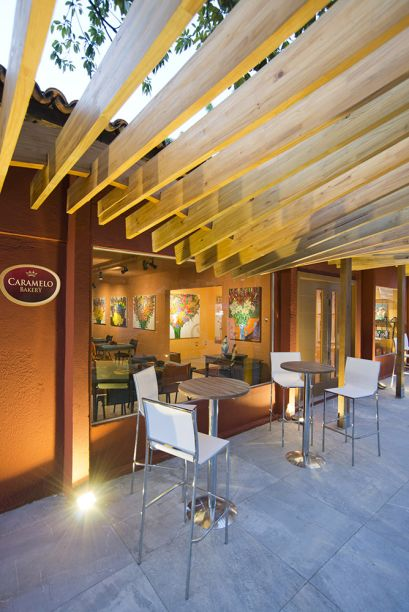 CASACOR Ceará 2016. Restaurante Sabores do Ceará - João Jorge Melo. Na fachada, o pergolado filtra a iluminação natural e mantém o prazer de estar ao ar livre, trazendo um elemento que chama a atenção do visitante.