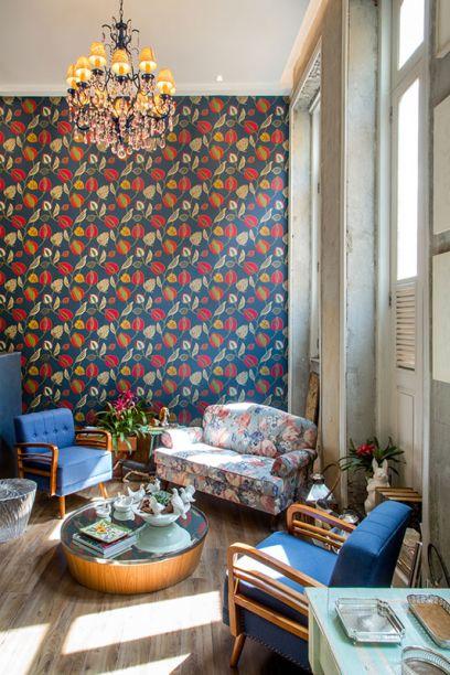 Loja da Villa - Camilla Bortolini e Priscilla Campos. O lustre clássico, nas mãos da dupla, ganhou tom azul marinho e até palha.