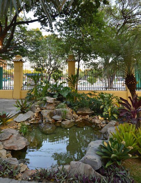 <span>CASACOR Ceará 2016. Jardim do Barão - Thiago Borges. O paisagista cultivou no espaço uma diversidade de plantas regionais e criou um lago artificial para reforçar o charme bucólico do jardim.</span>