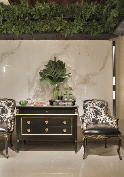 Boutique Conceito - Daiana Capuci. Inspirada nas grandes lojas internacionais, a profissional investiu em materiais nobres, como os mármores Calacata e Nero, que determinam o requinte no cenário que apresenta os produtos.