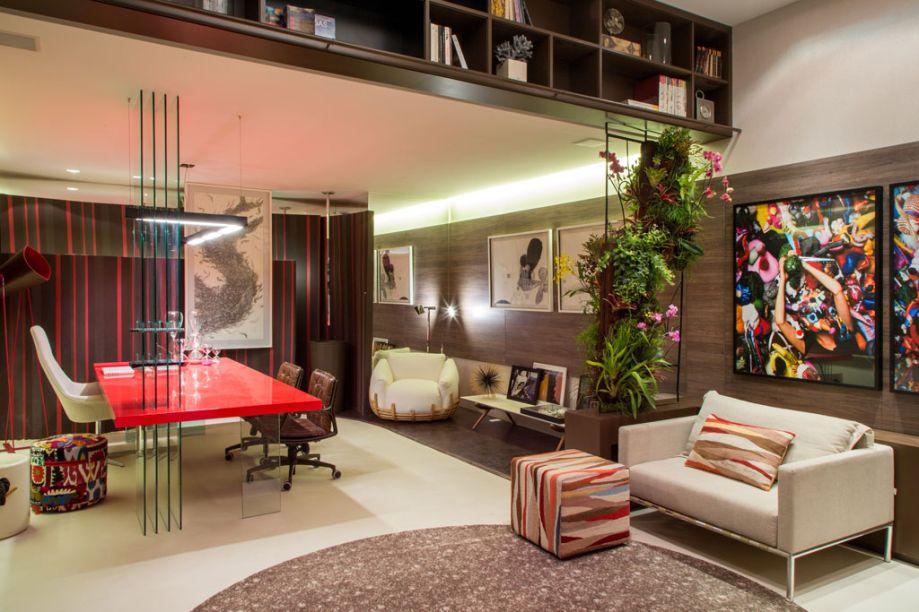Home Office da Família - Rosane Servino e Juliene Assed utilizaram como base a paleta marrom, pontuada por tons de melancia, verde e preto. Chama a atenção a mesa de trabalho, de 1,20m por 1,30m, em laca brilhosa e detalhes em vidro, com design do escritório da dupla – que assina toda a marcenaria do espaço. Entre os móveis, cadeira Ninho, da Lattoog Design, e cadeiras Yona, em rodízios, de Flávio Borsato e Maurício Lamosa. O piso foi revestido em couro na cor palha e cortiça em tom de café. Já as paredes recebem papéis da Guilha e painéis em madeira. O projeto luminotécnico, da Interpam Iluminação, combina rasgos no gesso, fitas de LED nos nichos, luminárias pendentes e spots.