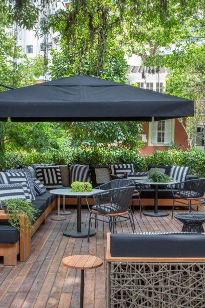 CASACOR Rio de Janeiro 2016. Jardim Sensorial - Raphael Costa Bastos. O deck, onde há o lounge, é acessível por uma rampa. A ambientação tem influência oriental e inclui um pequeno lago, desenhado por Raphael.