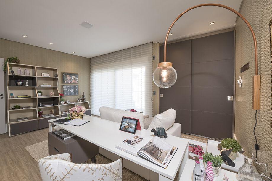 CASACOR Campinas 2016. Refúgio da Mulher - Selena Pelegrini. Para a mulher que tem o escritório dentro da própria residência, a designer de interiores imaginou um ambiente com tons neutros e peças de designers e artistas renomados.