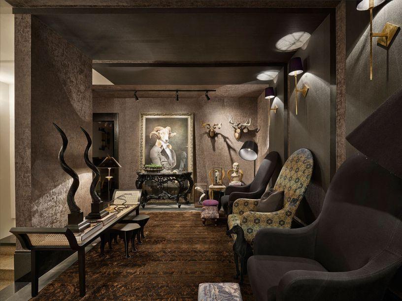 Sala Íntima - A estética Art Nouveau dá o tom no projeto de Nando Nunes, que explora o estilo em móveis de curvas sinuosas e com referências às formas da natureza. Mas os tons escuros também trazem, intencionalmente, um certo ar dândi. O tapete persa, as luxuosas poltronas e a iluminação baixa das arandelas são puro intimismo.