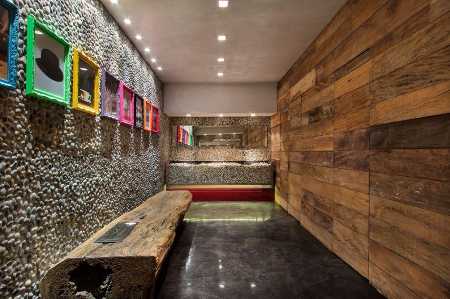 Claudia Alionis e Eduardo Bessa – ambiente: Sala de Banho e Banheiro Público