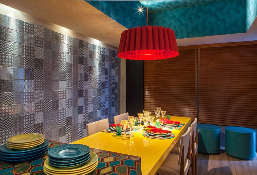 CASACOR Pernambuco - Café - O arquiteto Rafael Tenório criou um ambiente de 100m² repleto de cores e outros estímulos visuais. Diversos móveis com iluminação interna contracenam com painéis de azulejos, criados para o evento pela Lilou. Tudo complementado por obras de arte popular regional.