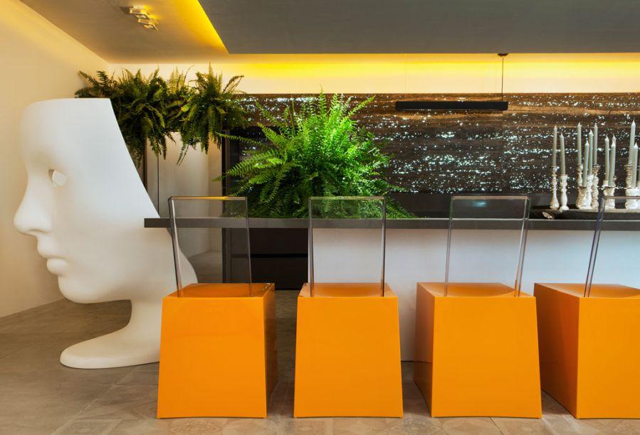 CASACOR Pernambuco - Lounge Gourmet - O objetivo de Elza Mendonça, Giuliana Zirpoli e Lorena Pontual era favorecer a convivência, neste espaço que recebe até 20 pessoas. O design das cadeiras e da mesa tem ares futuristas, mas o projeto também encontra um aliado na natureza, representada nas samambaias.