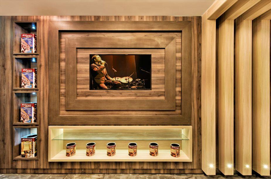 Vitrine Promocional Renner. Para valorizar a marca e seus produtos, a arquiteta Gisela Ribeiro trabalhou com uma marcenaria requintada, revestimento cimentício e persianas de madeira, sempre destacando a simplicidade das linhas retas e o aconchego.
