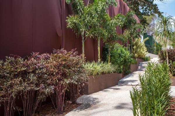 Paisagismo - Fernando Acylino. A varanda da Villa Guarany foi convertida em um pequeno jardim de espécies brasileiras, mas nada muito frondoso para não esconder a arquitetura da casa.