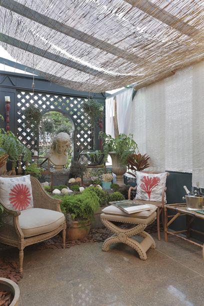 Terraço Garden – Maria Inês Martinusso. O hábito de estar na varanda e aproveitar os dias à sombra é bem representado, no ambiente que aposta em móveis rústicos e cria um recanto para conversar e descansar.