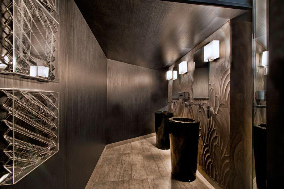 Toilette Social Masculino. O projeto de Marcelo Lopes tem como ponto de partida os revestimentos de marcenaria com design da Berneck, que tornam o ambiente sóbrio e arrojado. A iluminação em LED é indireta e valoriza as texturas acolhedoras.