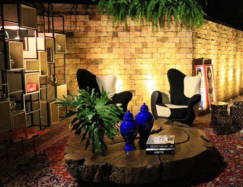 Art Lounge e Toilette Social Cassol Centerlar. As galerias de arte de Nova Iorque, com tijolos aparentes e muito concreto, estavam na mente da arquiteta Carla Grüdtner quando ela criou este projeto, com metragem de 110,20m². O estilo industrial também repercute na iluminação aparente feita com tubulação em canos galvanizados e no porcelanato com acabamento em cimento queimado. O piso original em madeira foi preservado, bem como o teto em concreto. Na decoração, destaque para a estante em aço e pinus e para as telas da artista Adri Volpi.