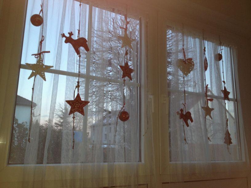 Janelas ganham um importante papel na decoração. Você pode desenhar flocos de neve usando cola quente, criar com canetas de escrever em vidro, pendurar pinhas com uma fitinha colorida ou até mesmo, fazer um bandô com folhagens.