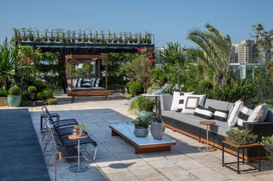 Rooftop Garden - Anna Luíza Rothier desenhou um jardim simétrico com três grandes espelhos d'água, cercados de verde. Muitas palmeiras tomam conta das jardineiras. Os bouganvilles cobrem o gazebo. Plantas rasteiras, através do vidro do guarda-corpo, se confundem com a paisagem de fora. O piso é travertino, da Hardscape. Os móveis externos, dos estofados às mesas, são da MAC e totalmente à prova d'água.