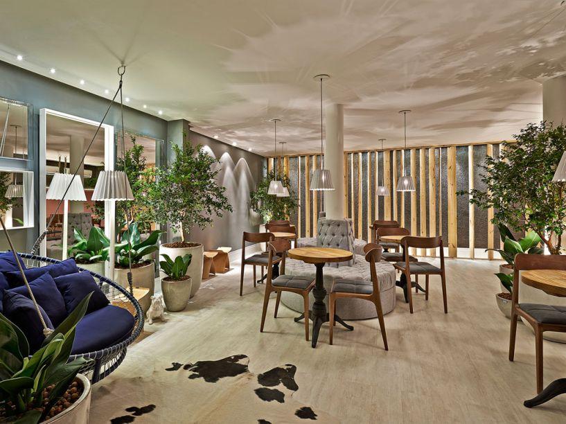Lounge Resort - Andréia Rocha Lima Rassi se baseou no conceito de um resort, ao pensar na integração do espaço de 50m² com a área externa. A natureza se faz presente também no mobiliário em madeira e nos acabamentos em pedra. Piso laminado e papéis de parede compõem o ambiente de descanso.