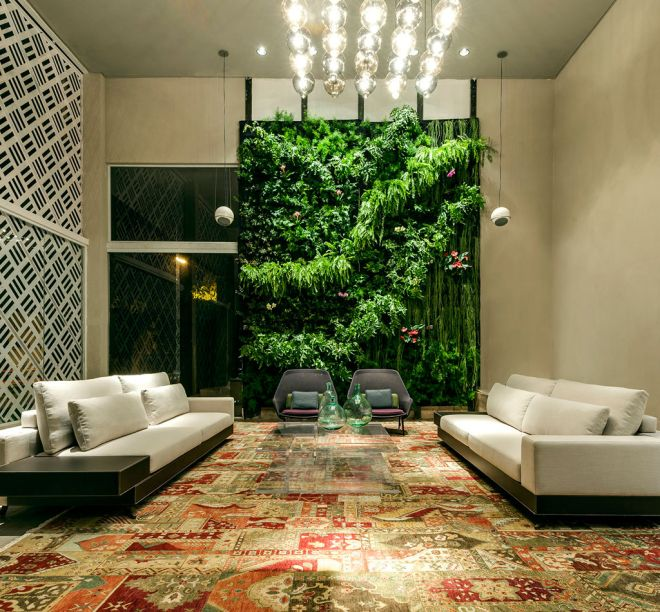 Lounge EBM - Pedro Ernesto Gualberto e Leandra Castro são autores deste ambiente corporativo, de 160m². O estar com pé direito duplo, painéis de vidro e luminárias lançadas na última Feira de Milão se articula ao espaço de atendimento e à área gourmet. Um grandioso jardim vertical arremata o projeto.