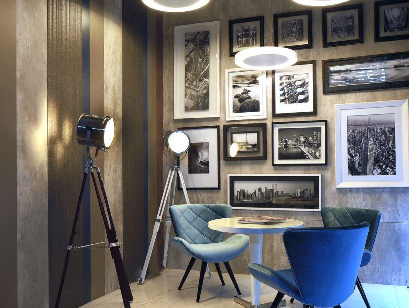 Studio Fotográfico Masisa. Os arquitetos Fernanda Jung e Carlos Tietjen foram criativos no revestimento das paredes e utilizaram painéis de MDF (Masisa) cortados em tiras, criando um efeito de papel de parede. O cantinho foi reservado à exibição de fotografias, sobre a parede revestida em MDF Metropolitan Concreto.