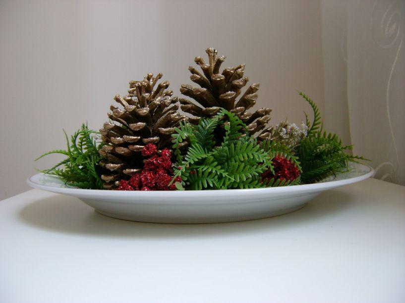 Flores, pinhas e velas são ótimas para arranjos de mesa. Se você pretende sair um pouco dos clássicos verde e vermelho, opte pelo branco, prata e dourado, que imprimem elegância à mesa.