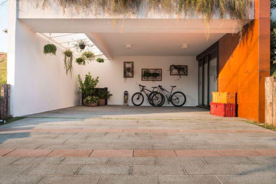 Com bom custo-benefício, o piso de concreto arquitetônico Cristal Modular nas tonalidades cinza e rosso da Castelatto permite tráfego de veículos, possui característica antiderrapante e estética agradável por ressaltar o brilho dos pedriscos usados na composição. O piso é ideal para garagens também.