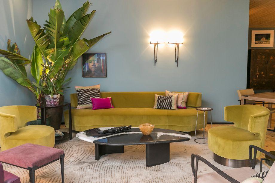 CASACOR São Paulo 2015 - Casa 11. A ideia foi criar um espaço compacto para o morador que viaja e gosta de arte. Móveis e tecidos da renomada marca americana Holly Hunt adornam o espaço, ao lado de peças trazidas da Índia pela profissional. O destaque do ambiente é o sofá curvo.