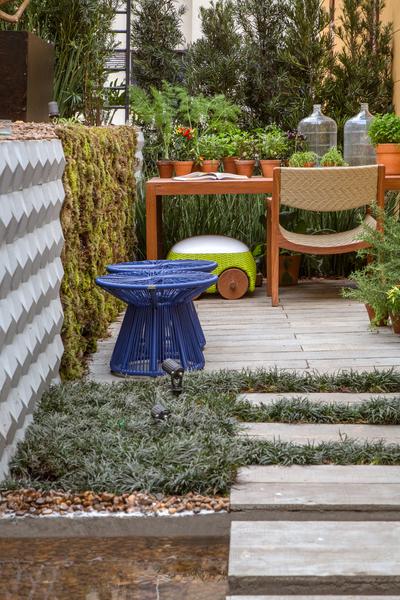 Refúgio da chef - Guilherme Portugal e Karyne Lima. A dupla, do Rio Garden Design, criou uma espécie de pocket park que funciona como um pequeno oásis urbano. O espaço inclui uma horta vertical plantada em uma escada criada por eles.