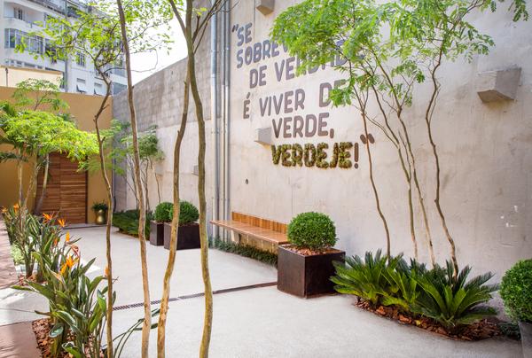 Refúgio da chef - Guilherme Portugal e Karyne Lima. Na parede, o grafite é feito de musgo, utilizado no lugar da tradicional tinta em spray.