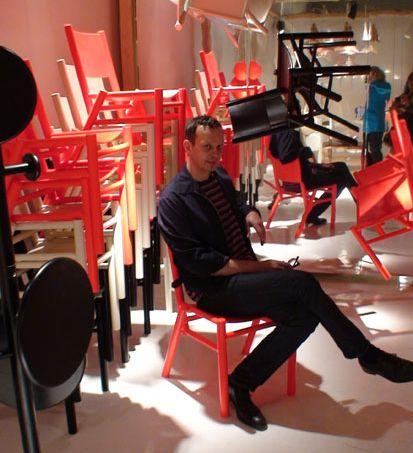 Nesta foto, o designer inglês Tom Dixon posa para fotógrafos sentado em sua…