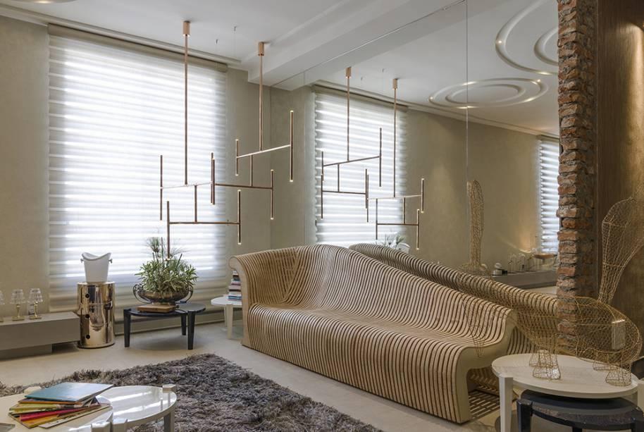 CASACOR Góias 2016. Lounge 20...30... – Meire Santos. O banco M. Santos é a peça-chave, em diálogo com a escultura iluminada em cobre do artista brasileiro Gianotti.