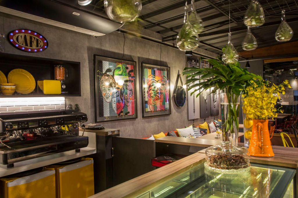 CASACOR São Paulo 2016. Boulangerie - Idália Daudt. Neste projeto, com exceção do revestimento, todos os materiais foram reaproveitados na criação de um ambiente rústico com referências francesas. Para contrastar com as paredes de cimento queimado, foram escolhidas peças nas cores amarela, laranja e vermelha.