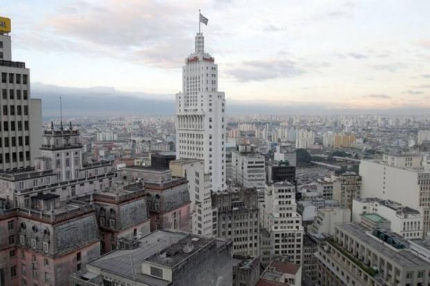 <span>Símbolo da era progressista, o Edifício Altino Arantes - nome que recebeu na década de 80 e mantém até hoje -, conhecido como Prédio do Banespa, foi construído a partir de 1939 e está localizado no coração da cidade.Ainspiração da arquitetura veio do famoso Empire State Building, em Nova York. Com 161,22 metros de altura, seus 35 andares, 14 elevadores, 900 degraus e 1.119 janelas, foi considerado nos anos 40 a maior construção de concreto armado do mundo.</span>