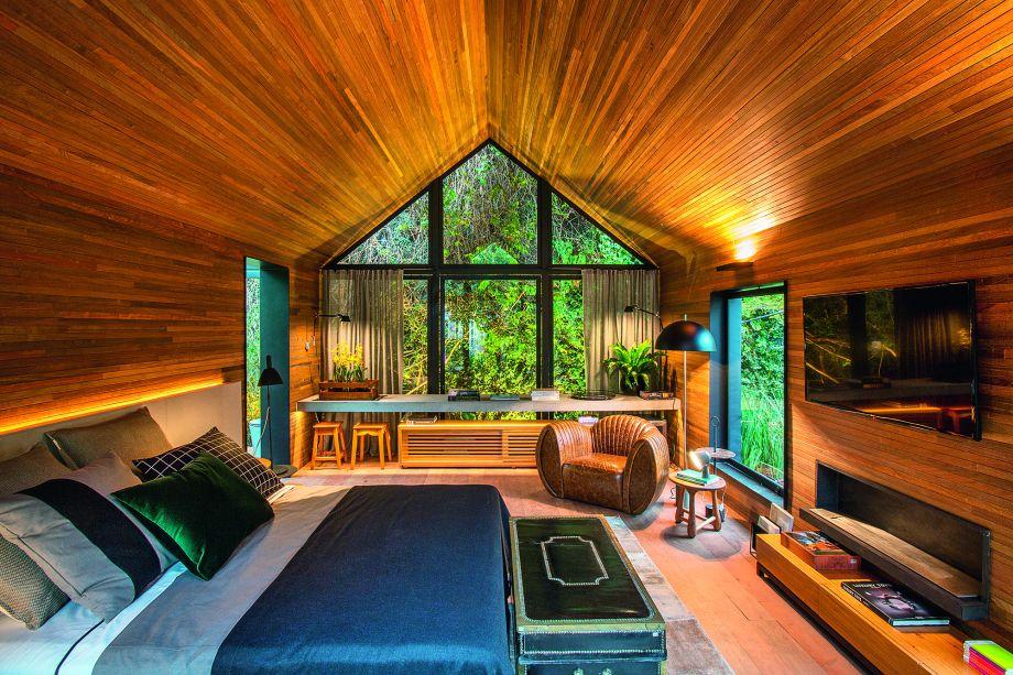 """<span style=""""font-weight: 400;"""">""""O objetivo do projeto era criar uma casa com conforto, aconchego familiar e dentro da simplicidade sem perder a sofisticação"""", explica Duda. Dessa forma, usou como revestimento interno madeira de reúso - no piso, parede e teto.</span><span style=""""font-weight: 400;"""">Além disso apostou em grandes aberturas de vidro favorecendo o aproveitamento de luz natural, reduzindo a necessidade do consumo de</span><span style=""""line-height: 1.5;"""">energia, criando também uma ventilação cruzada para melhorar o conforto térmico no ambiente.</span>"""