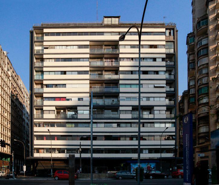 A construção leva assinatura dos arquitetos Álvaro Vital Brazil e Adhemar Marinho e foi inaugurada em 1938. Pioneira no uso misto - combinação de unidades residenciais e comerciais na mesma torre - possui 11 andares e 10 mil m² de área construída, abrigando 103 escritórios, apartamentos simples e duplex e um restaurante em seu terraço.