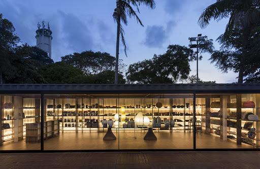 <span>O desenho dos nichos é ressaltado pela iluminação com fitas de LED, que também valoriza as criações de designers e artesãos brasileiros.CASACOR São Paulo 2016. Loja CASA COR - Gustavo Calazans.</span>