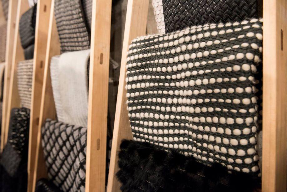 A designer mineira Elisa Atheniense há três anos começou a olhar, não só para bolsas, mas também para outras áreas do design, com o intuito de expandir o seu trabalho para o universo do decorar.