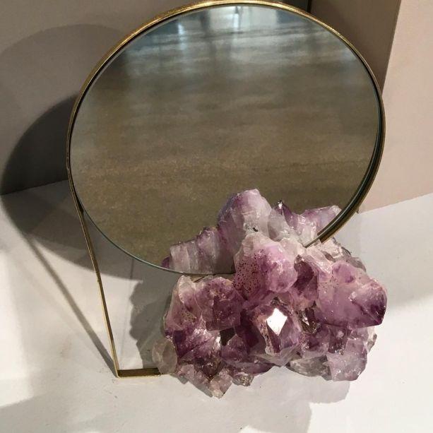 Nara Ota criou uma nova coleção para a Avesso e a lançou durante a Paralela. Trata-se de uma linha com pegada lúdica com espelhos, luminárias, apoios e vasos. Na foto, o Espelho Ametista.